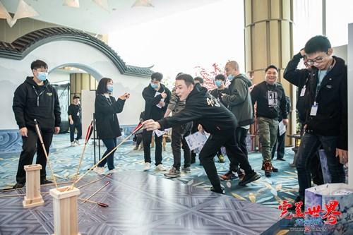 图片: 图3:到场玩家参与趣味游戏.jpg